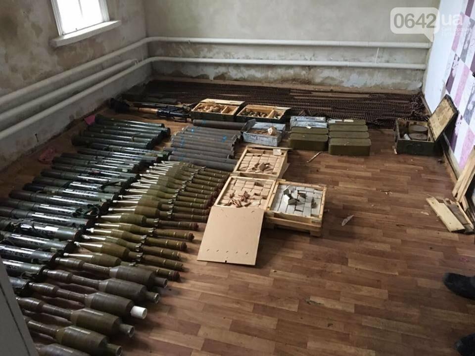 В Луганской области в частном доме нашли огромный арсенал оружия и боеприпасов (ФОТО), фото-1