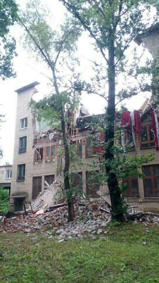 В центре Донецка обрушилось здание торгового института (ФОТО, ВИДЕО), фото-1