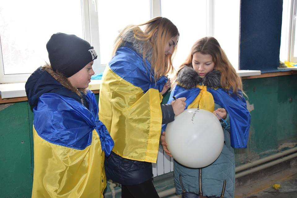 Патриоты отправили огромный украинский флаг в небо над Луганском (ФОТО, ВИДЕО), фото-1
