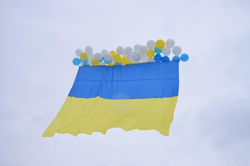Патриоты отправили огромный украинский флаг в небо над Луганском (ФОТО, ВИДЕО), фото-3