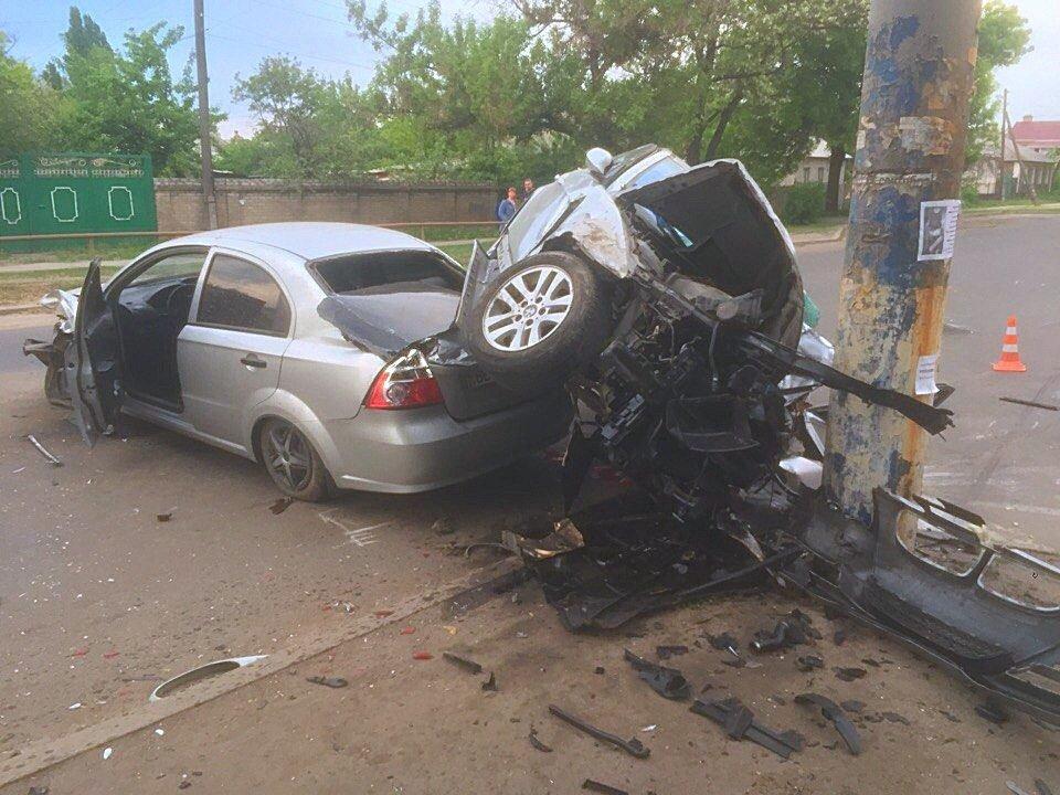 Опора выбежала на дорогу - в Луганске жуткое ДТП (ФОТО), фото-2