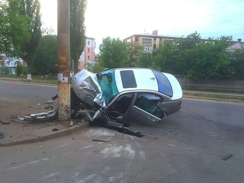 Опора выбежала на дорогу - в Луганске жуткое ДТП (ФОТО), фото-3