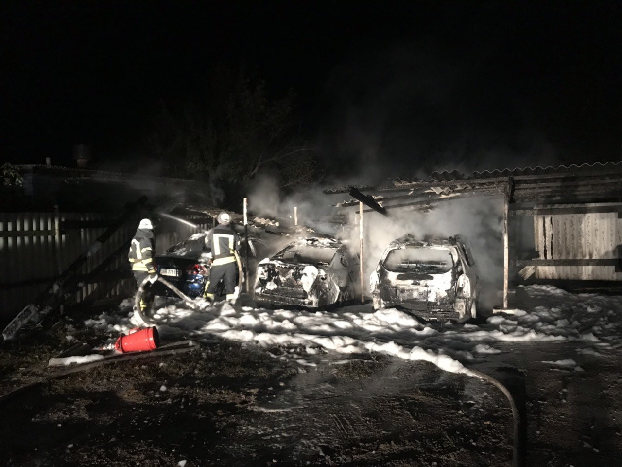 В Луганской области на автостоянке сгорели три автомобиля (ФОТО), фото-1