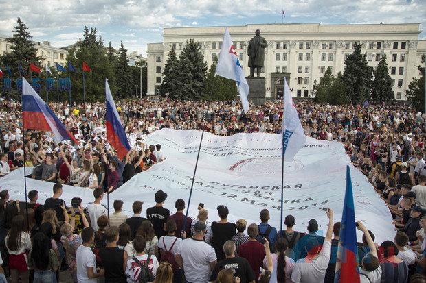 В Луганске развернули «самый большой в мире паспорт России», - ФОТО, фото-1