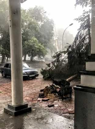 Буря и страшный ливень превратили улицы Луганска в полноводные реки, - ФОТО, фото-2