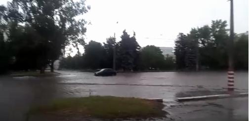 Буря и страшный ливень превратили улицы Луганска в полноводные реки, - ФОТО, фото-1