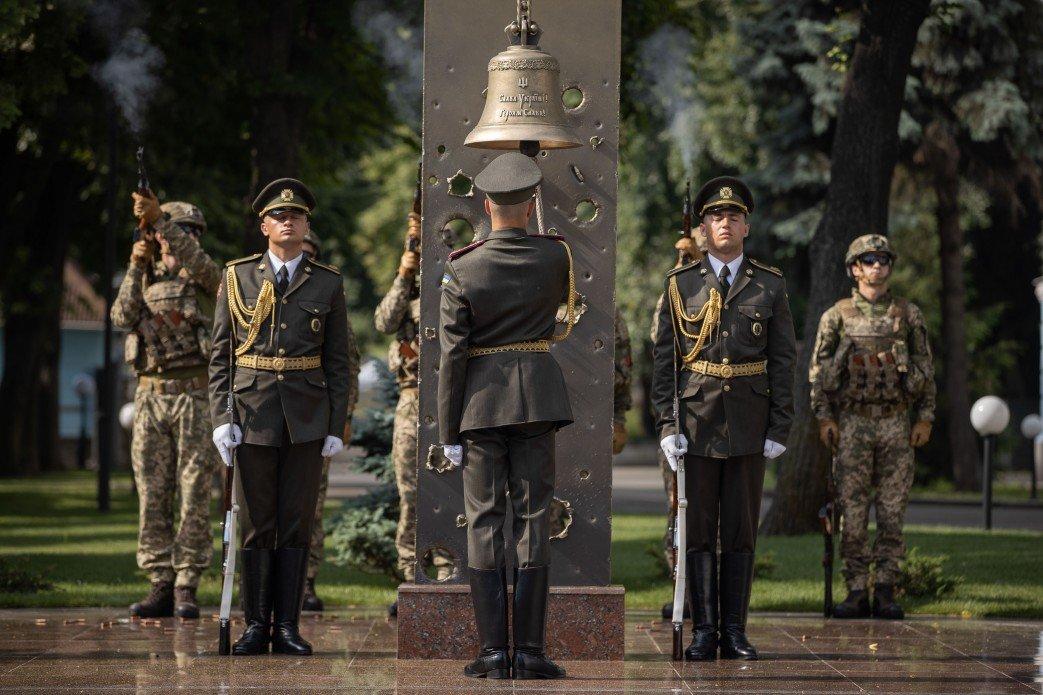 Зеленский почтил память десантников, погибших в катастрофе Ил-76 на Донбассе, - ФОТО, фото-1