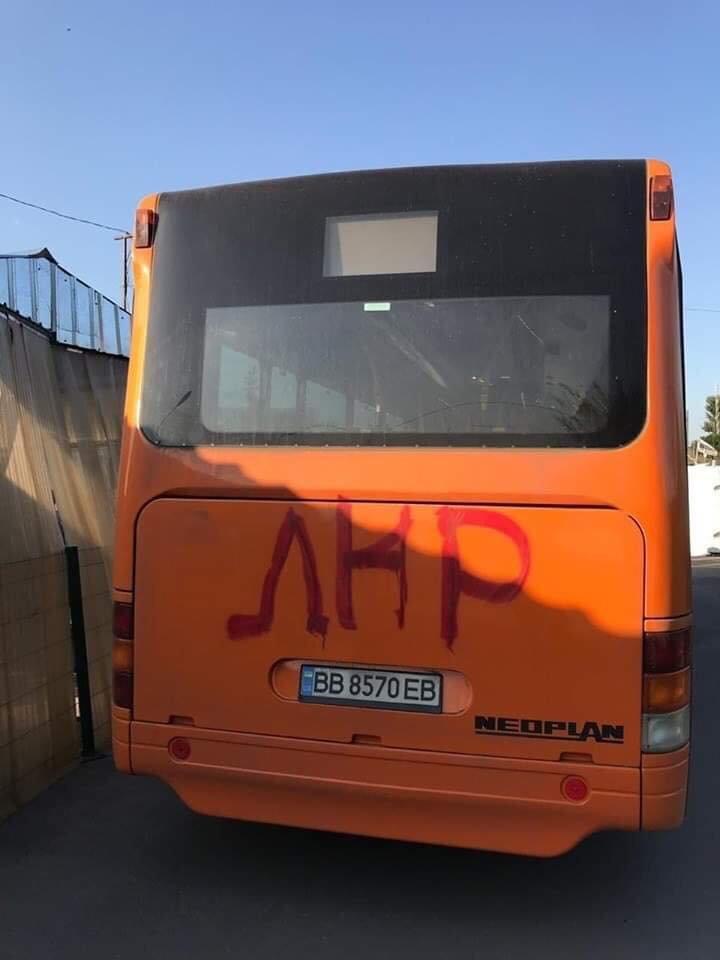 """Автобус, который украинская сторона запустила от моста в Станице Луганской, испаганили сторонники """"ЛНР"""" , фото-1"""