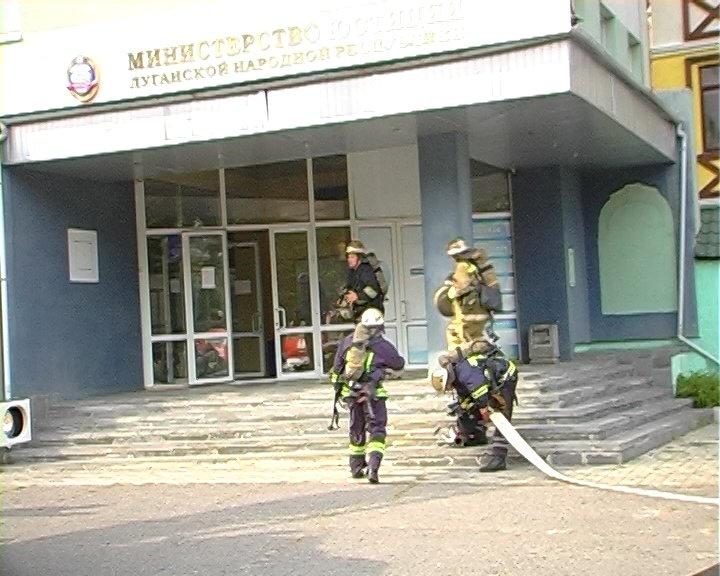 В Луганске горело «министерство юстиции», - ФОТО, фото-5
