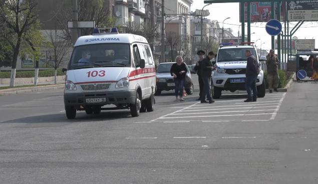 В Луганске «Мицубиси» врезалась в «скорую», которая после сбила женщину, - ФОТО, ВИДЕО, фото-1
