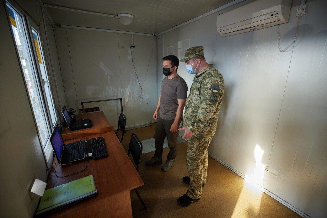 Зеленский посетил КПВВ «Майорское» и передовую ВСУ на Донбассе, - ФОТО, фото-2