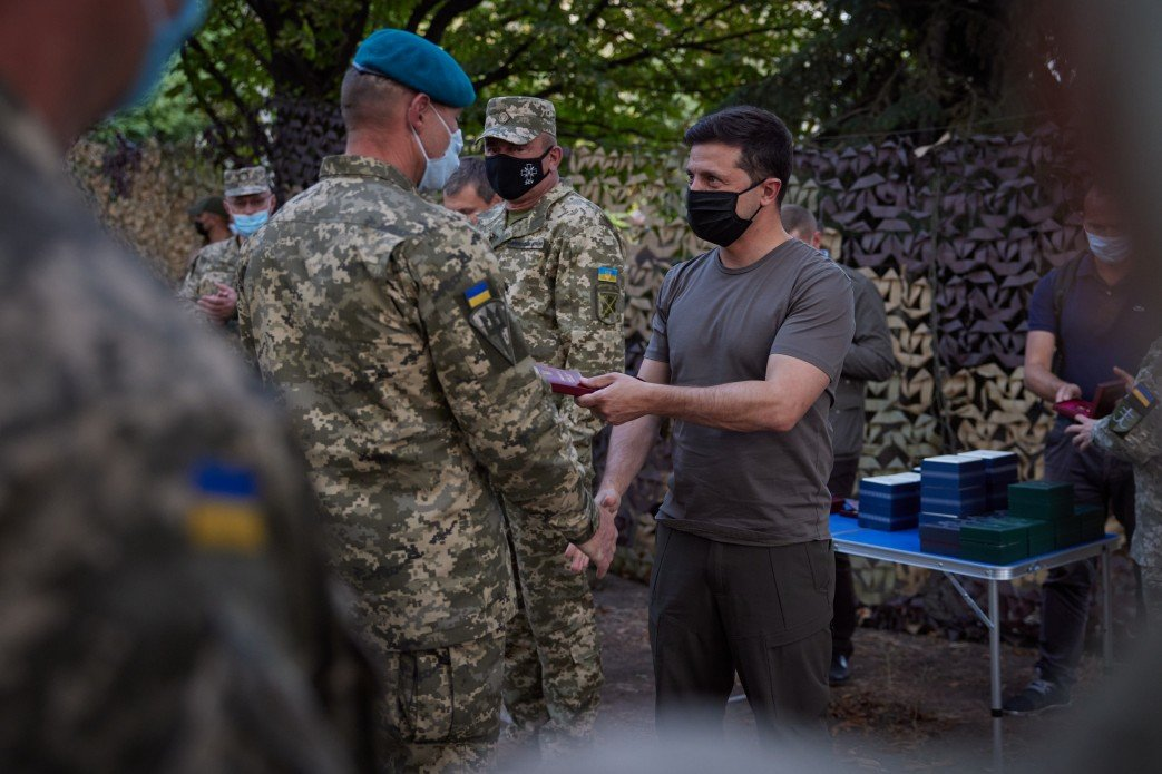 Зеленский посетил КПВВ «Майорское» и передовую ВСУ на Донбассе, - ФОТО, фото-7