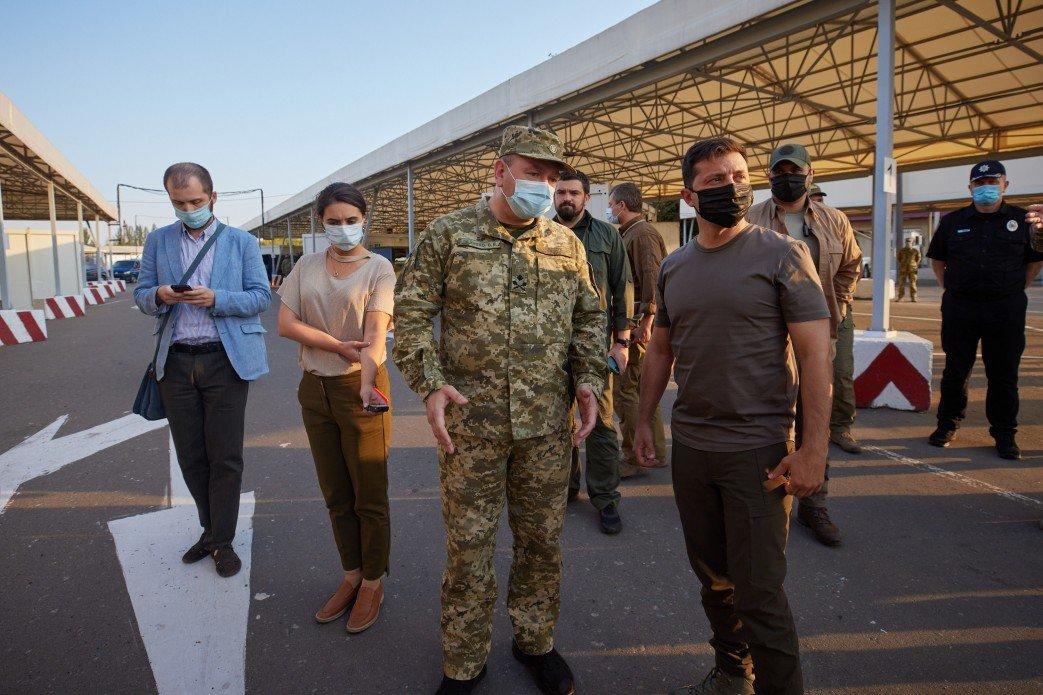 Зеленский посетил КПВВ «Майорское» и передовую ВСУ на Донбассе, - ФОТО, фото-1