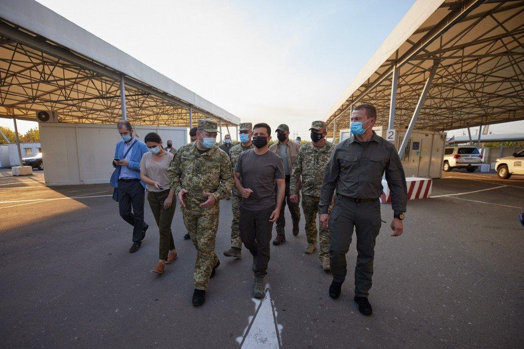 Зеленский посетил КПВВ «Майорское» и передовую ВСУ на Донбассе, - ФОТО, фото-3