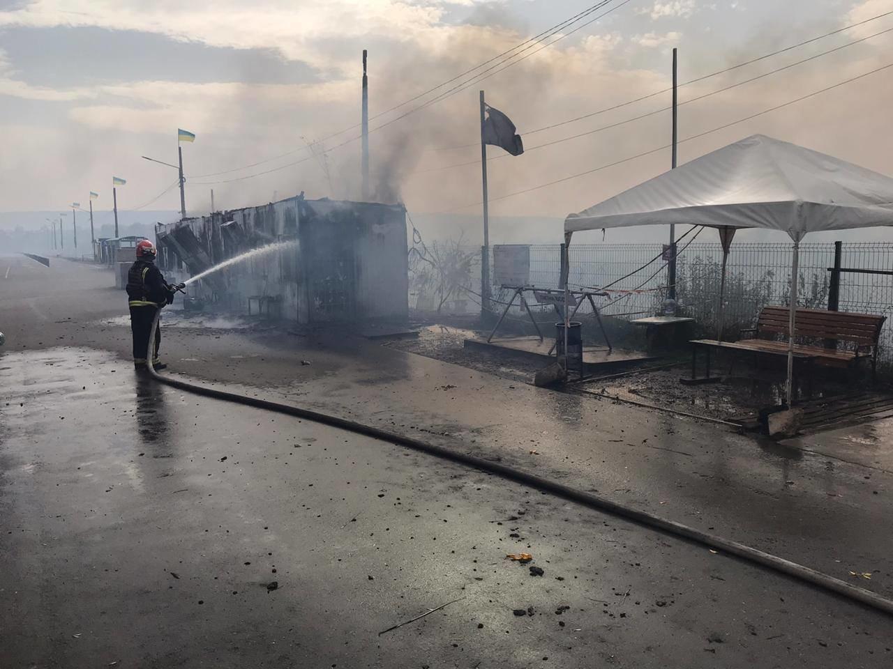 Пожар уничтожил часть помещений и инфраструктуры КПВВ «Станица Луганская», - ФОТО, ВИДЕО, фото-1