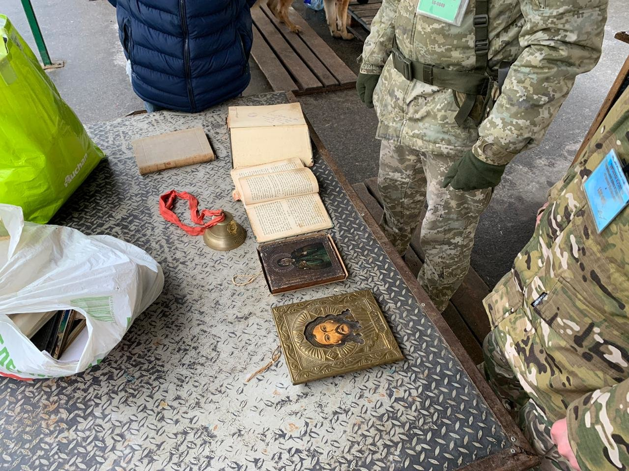 На КПВВ «Станица Луганская» изъяли старинные книги и иконы, которые пытались вывезти в «ЛНР», - ФОТО, фото-2