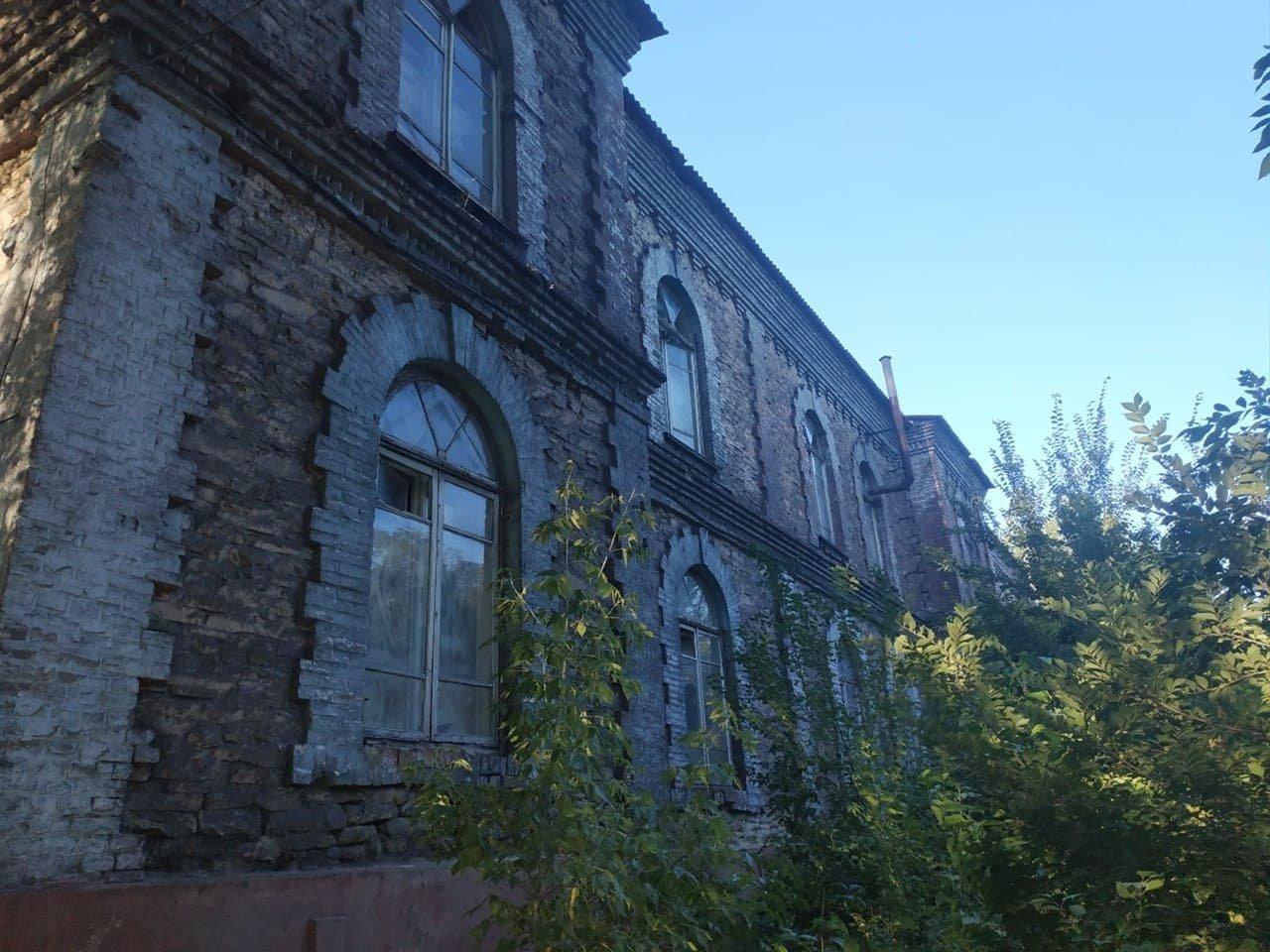 В оккупированном Алчевске за копейки продают разграбленное историческое здание больницы, - ФОТО, фото-2
