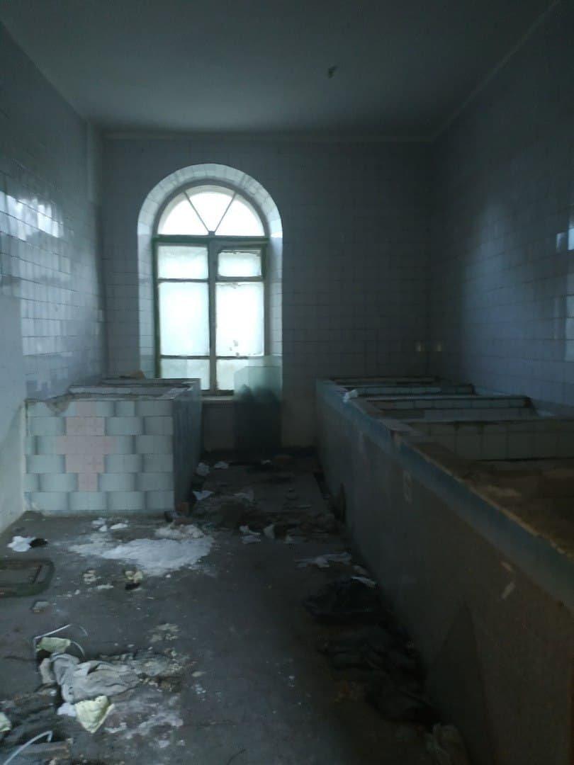 В оккупированном Алчевске за копейки продают разграбленное историческое здание больницы, - ФОТО, фото-6