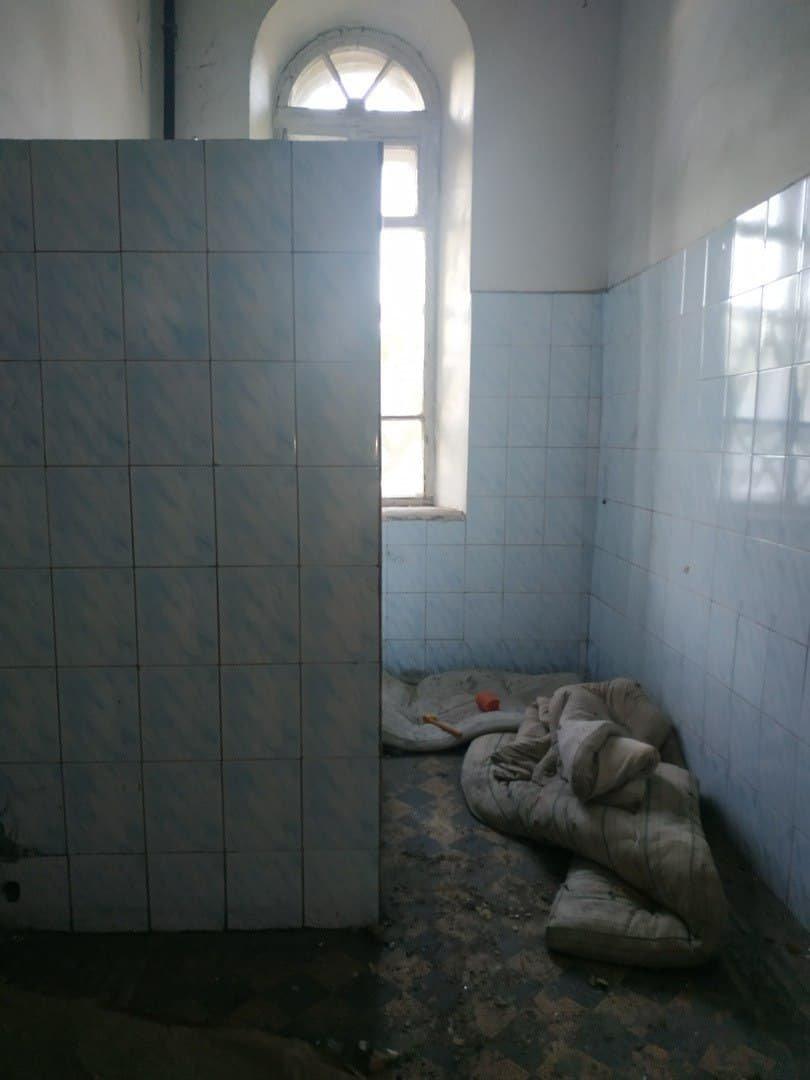 В оккупированном Алчевске за копейки продают разграбленное историческое здание больницы, - ФОТО, фото-5