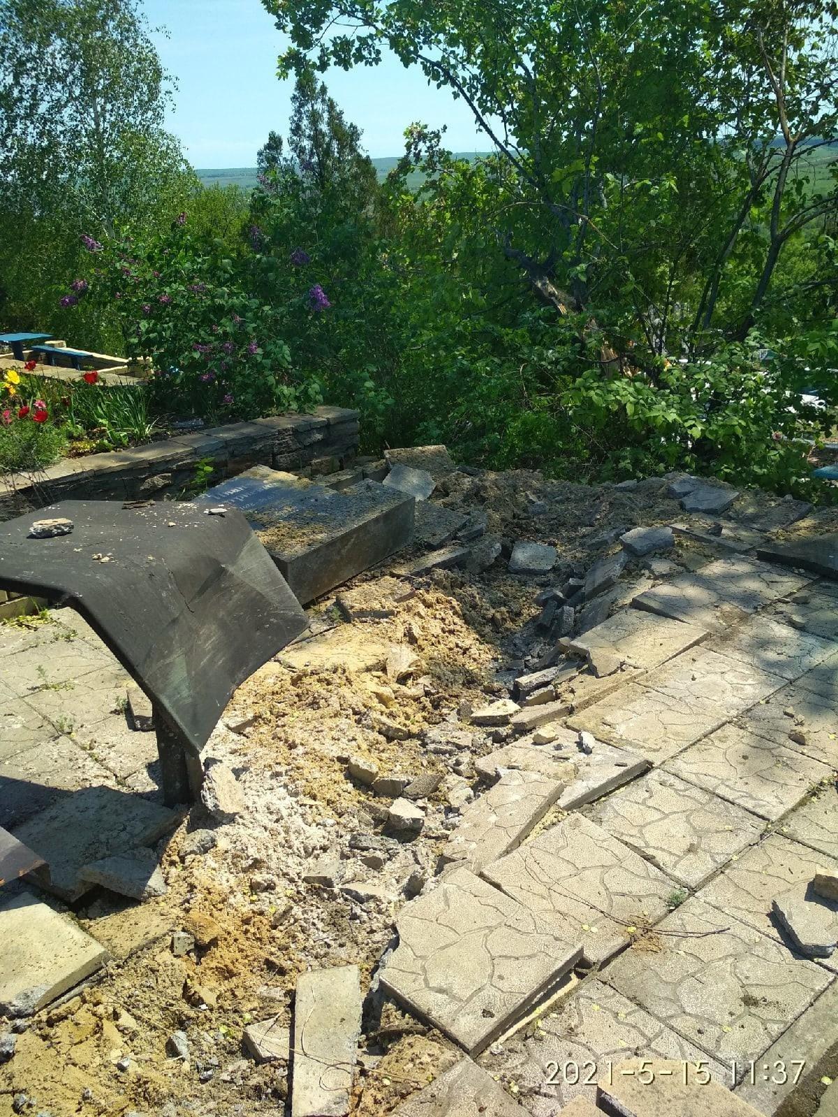 "Боевики ""ЛНР"" на танке проехались по местному кладбищу - разрушены десятки надгробий, - ФОТО, фото-1"