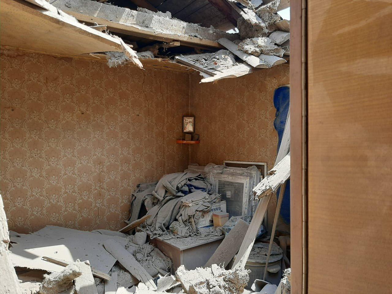 Российские оккупанты обстреляли Пески: мина попала в крышу частного дома и рарушила гостиную, - ФОТО, фото-2