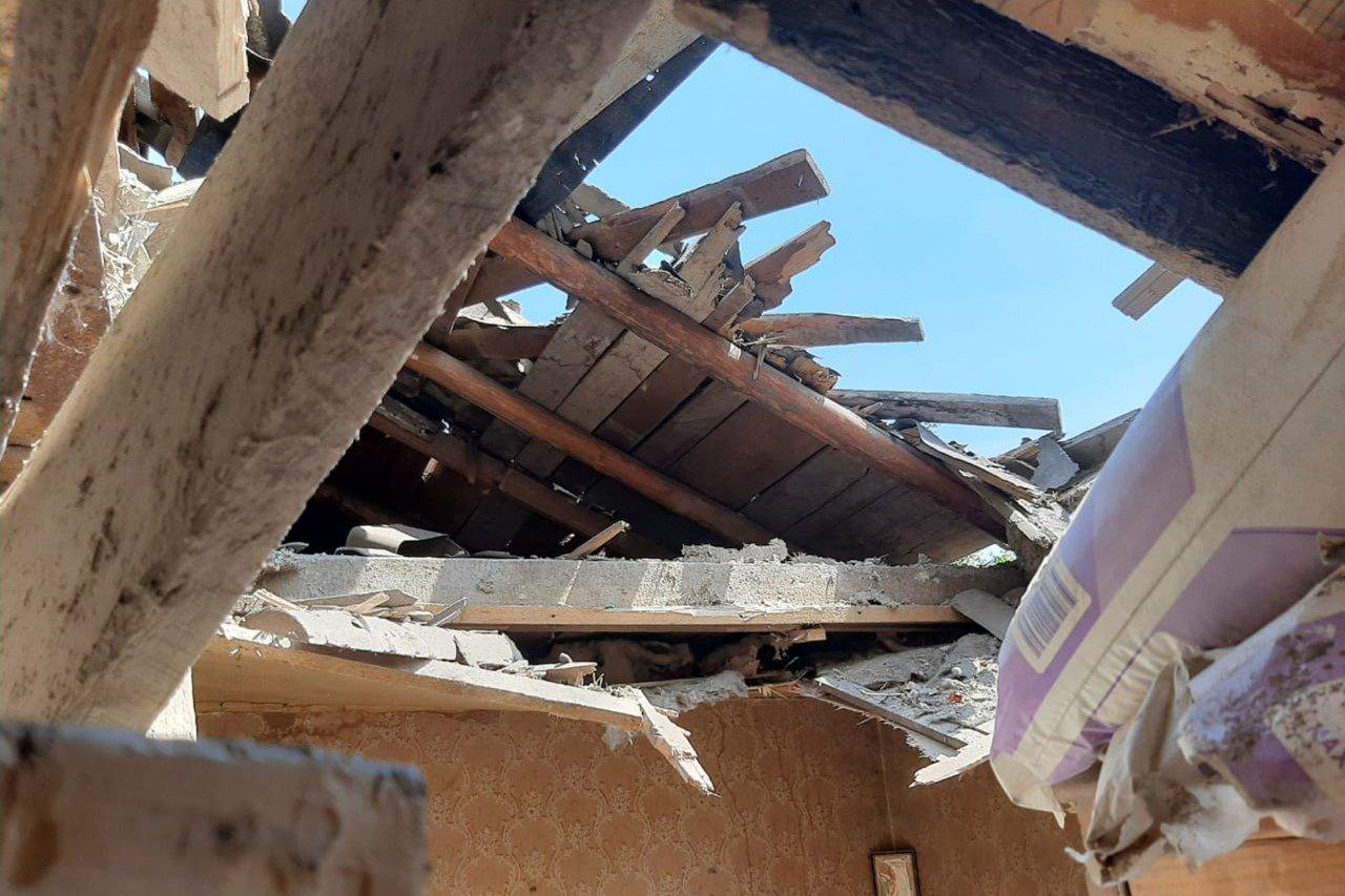 Российские оккупанты обстреляли Пески: мина попала в крышу частного дома и рарушила гостиную, - ФОТО, фото-4