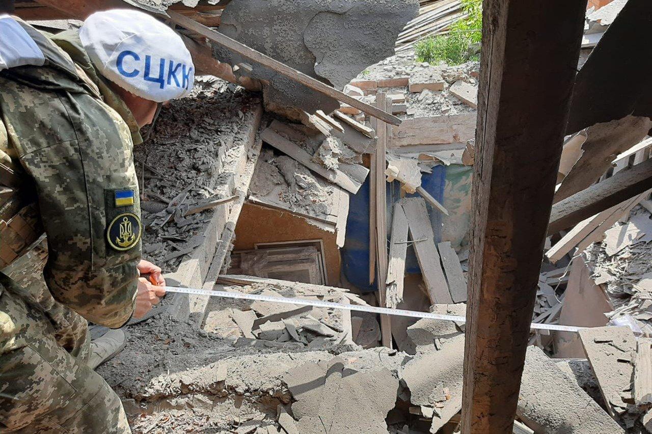 Российские оккупанты обстреляли Пески: мина попала в крышу частного дома и рарушила гостиную, - ФОТО, фото-5