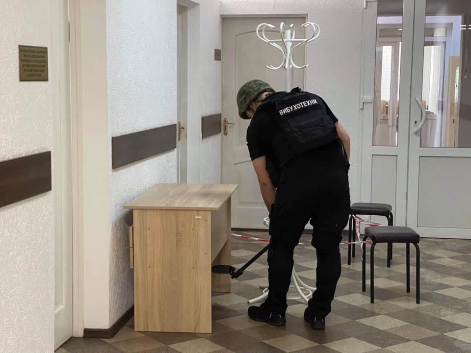 Из двух вузов в Северодонецке срочно эвакуируют людей, - ФОТО, фото-5