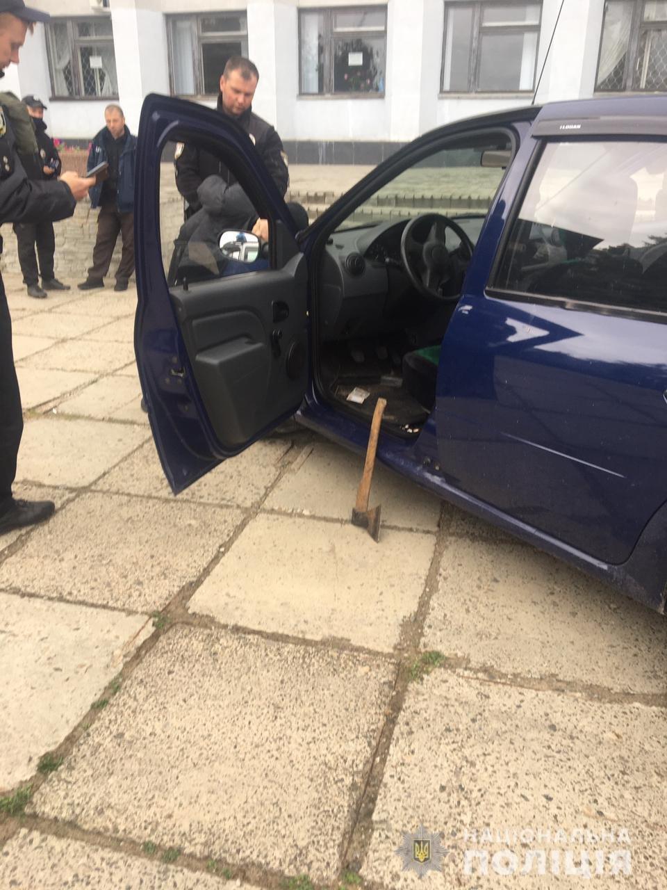 В Рубежном водитель совершил наезд на одного полицейского и угрожал топором другому, - ФОТО, фото-1