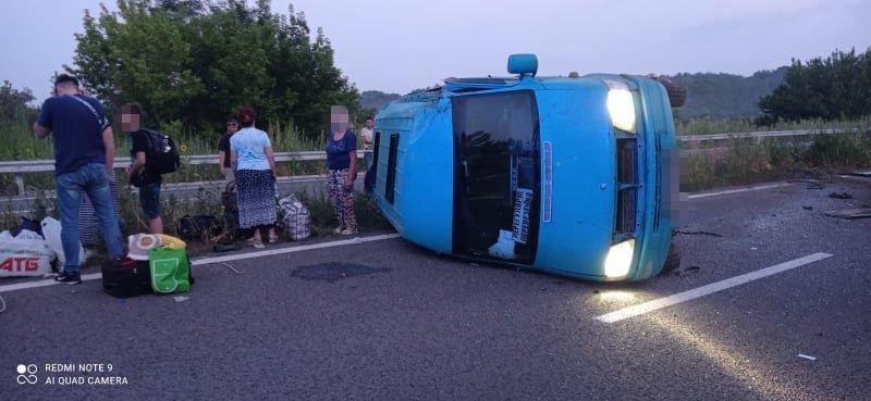 В Луганской области перевернулась маршрутка: пострадали девять пассажиров, - ФОТО, фото-1